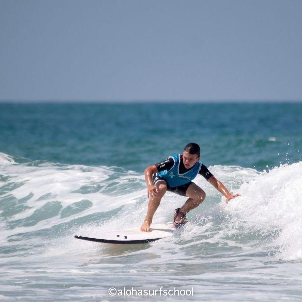 Apprendre à se mettre debout en surf avec Aloha